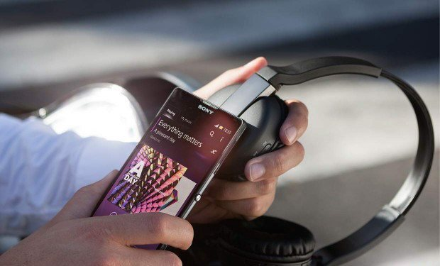 listening-with-smartphone